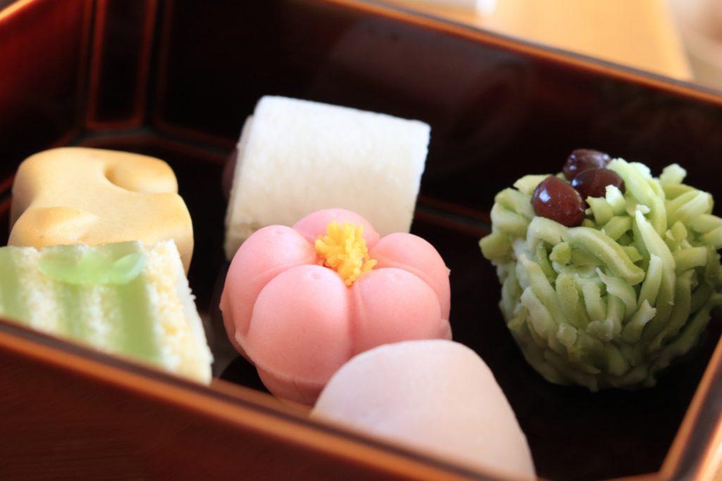 英語での外国人向け茶道体験の様子で頂く和菓子の写真