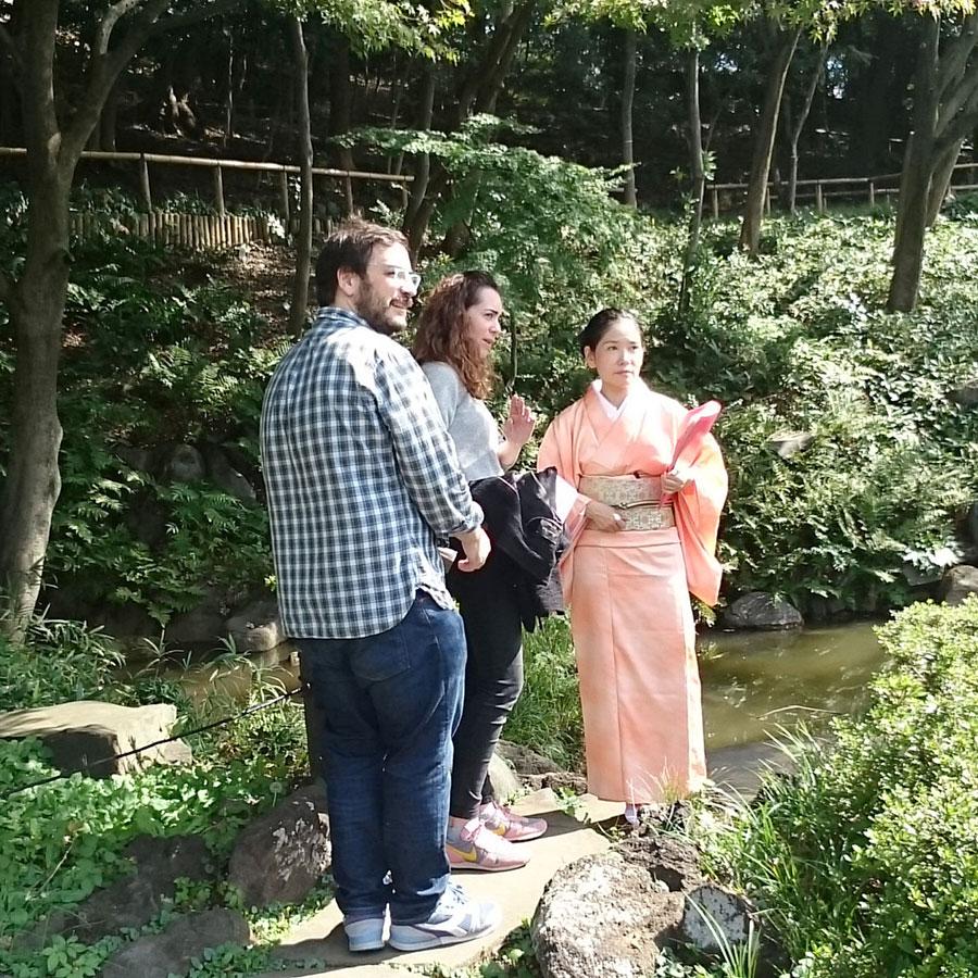 日本庭園を散策している様子
